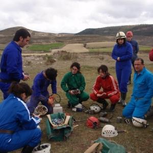 Preparando los carbureros antes de entrar en la cueva