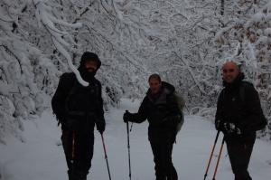 Gonzalo, Javi y Fernando cogiendo el camino a la derecha.