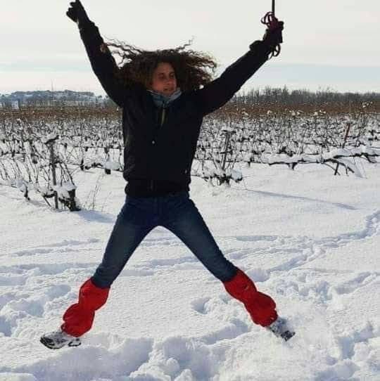 Ana saltando en la nieve